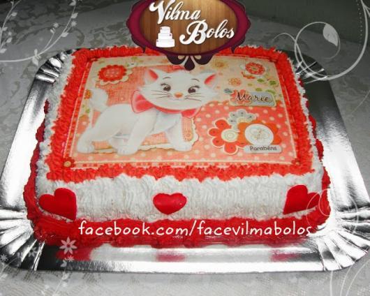 Bolo da Gatinha Marie com papel de arroz vermelho e branco