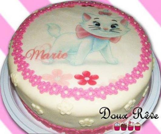 Bolo da Gatinha Marie com papel de arroz e florzinhas rosas