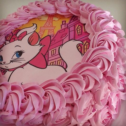 Bolo da Gatinha Marie com papel de arroz e chantilly rosa