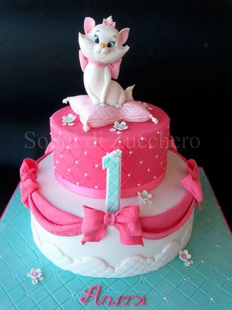 Bolo da Gatinha Marie 2 andares com lacinho rosa e gatinha no topo