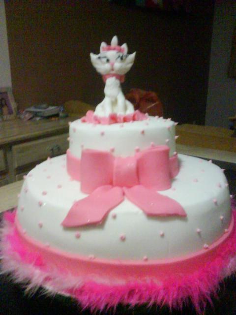 Bolo da Gatinha Marie 2 andares com rosa e branco
