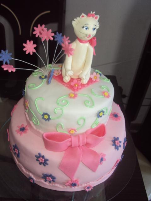 Bolo da Gatinha Marie 2 andares com topo de bolo da gatinha de biscuit