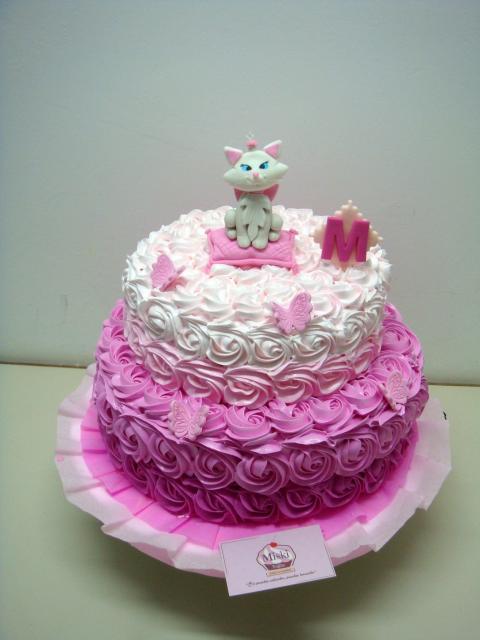 Bolo da Gatinha Marie 2 andares com chantilly rosa e branco