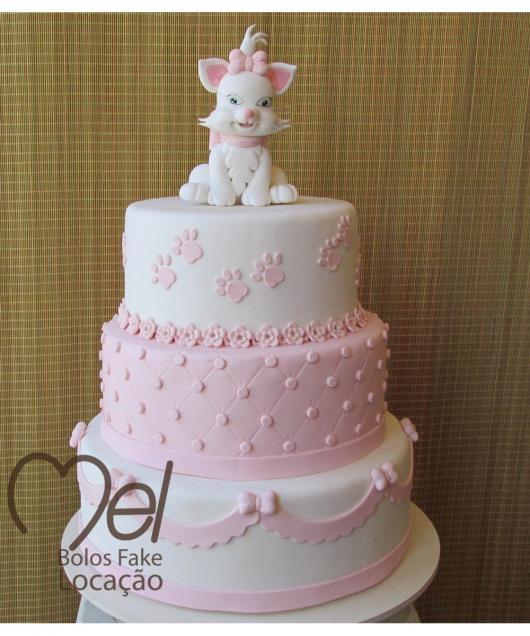 Bolo da Gatinha Marie fake com biscuit rosa e branco
