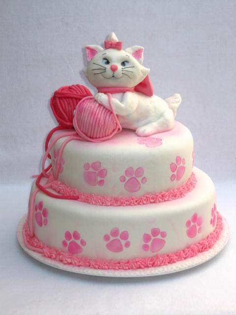 Bolo da Gatinha Marie de pasta americana com gatinha e novelos de lã no topo