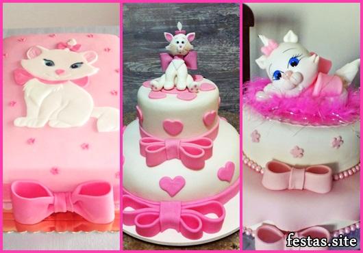 Bolo da Gatinha Marie decorado com laço rosa
