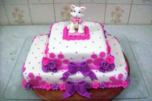 Bolo da Gatinha Marie de pasta americana com decoração rosa e roxa