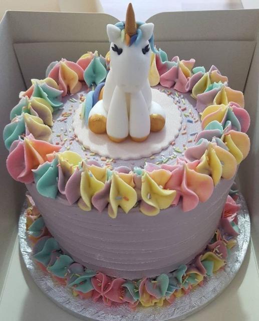 Bolo de Aniversário Infantil Unicórnio decorado com chantilly colorido
