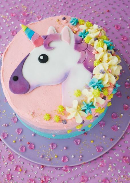 Bolo de Aniversário Infantil Unicórnio decorado com chantilly rosa claro