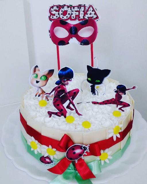 Bolo de Aniversário Infantil Ladybug com chantilly branco e toppers