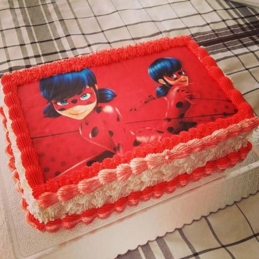 Bolo de Aniversário Infantil Ladybug com chantilly vermelho e branco