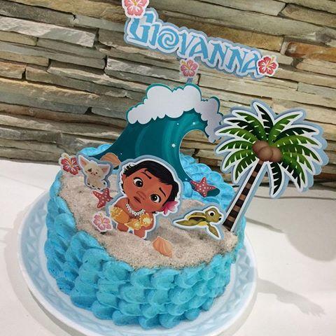 Bolo de Aniversário Infantil Moana decorado com chantilly azul e toppers