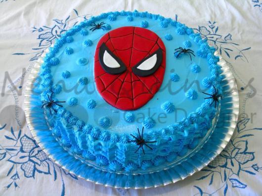 Bolo de Aniversário Infantil Homem-Aranha com chantilly azul