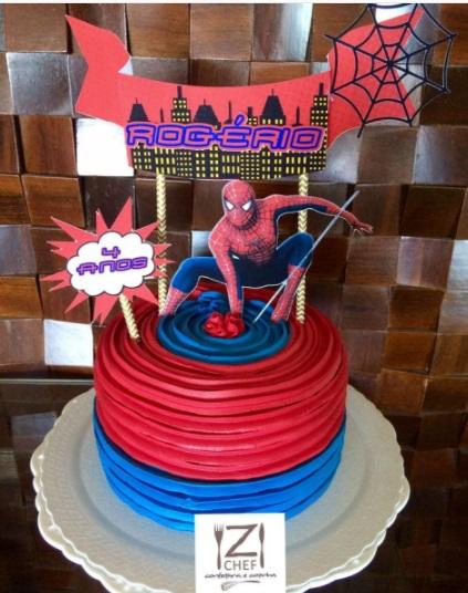 Bolo de Aniversário Infantil Homem-Aranha com chantilly azul e vermelho