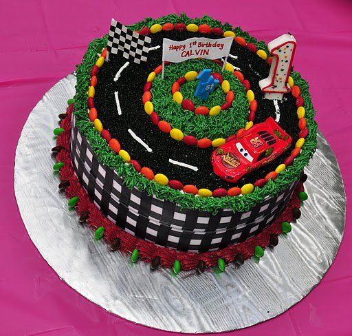 Bolo de Aniversário Infantil Carros com confete colorido