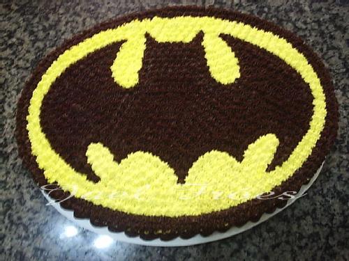 Bolo de Aniversário Infantil Batman com chantilly amarelo e preto