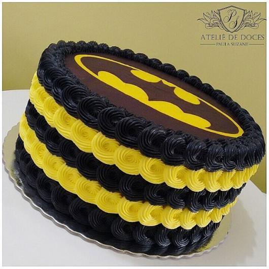 Bolo de Aniversário Infantil Batman com chantilly preto e amarelo e papel de arroz