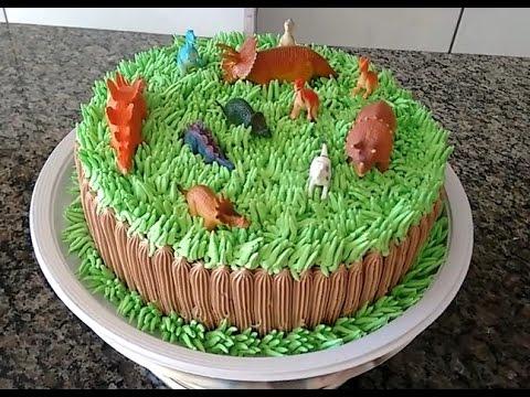 Bolo de Aniversário Infantil Dinossauro com chantilly verde e marrom
