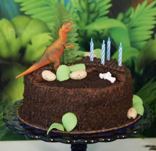 Bolo de Aniversário Infantil Dinossauro com chantilly e granulado