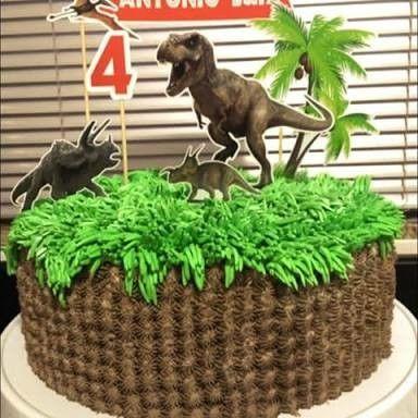 Bolo de Aniversário Infantil Dinossauro com toppers