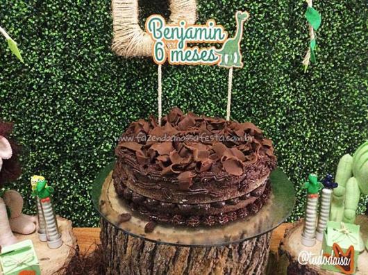 Bolo de Aniversário Infantil Dinossauro de chocolate com topper de dinossauro