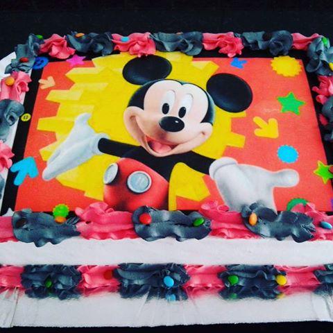 Bolo de Aniversário Infantil Mickey com chantilly preto e vermelho