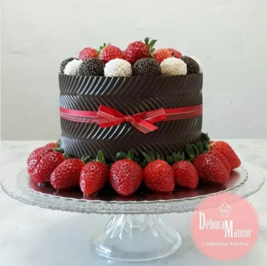 bolo com brigadeiro e beijinho