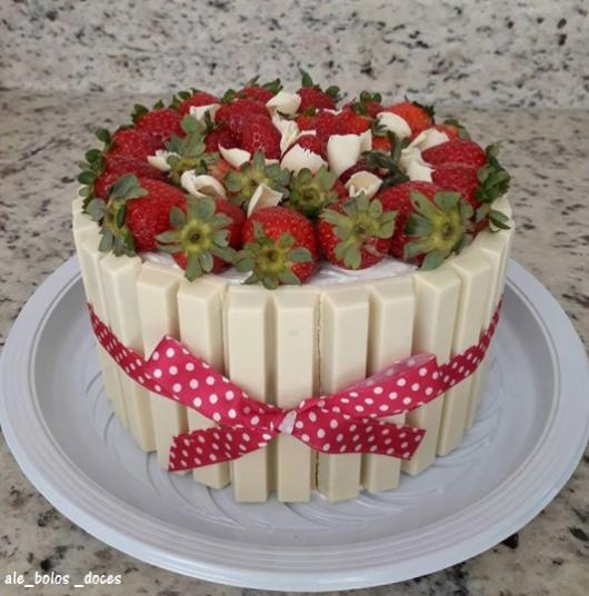 bolo de kitkat branco