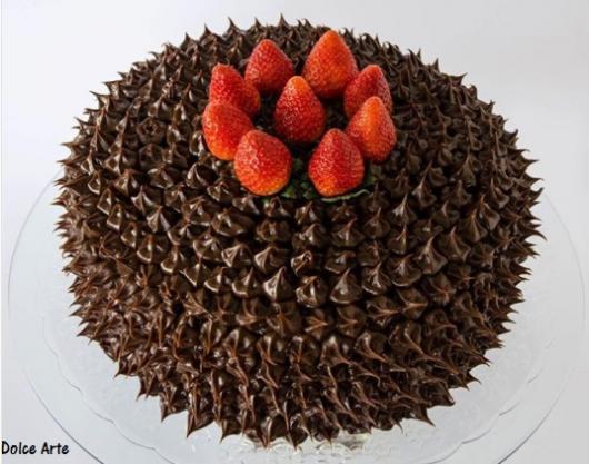 bolo simples de chocolate com morango