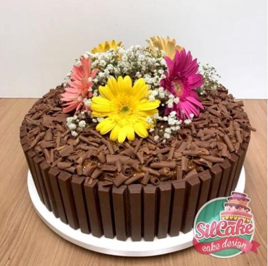 bolo KitKat decorado com flores