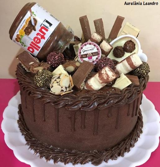 bolo com chocolates no topo