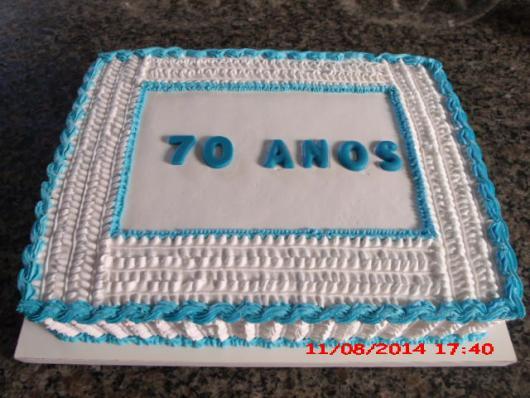 Bolo de Aniversário Simples para homem com chantilly azul e branco