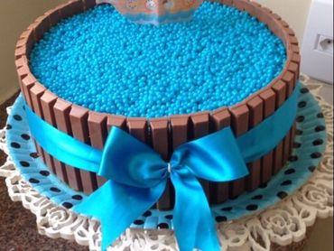 Bolo de Aniversário Simples para homem com kitkat e laço azul