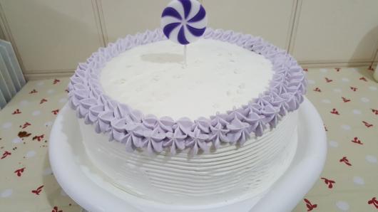 Bolo de Aniversário Simples para mulher com chantilly branco e roxo