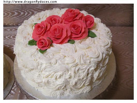 Bolo de Aniversário Simples para mulher com chantilly branco e rosas vermelhas