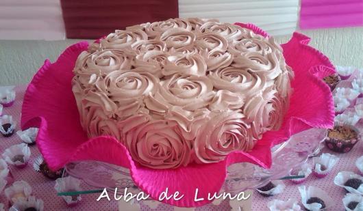 Bolo de Aniversário Simples para mulher com chantilly rosa e claro