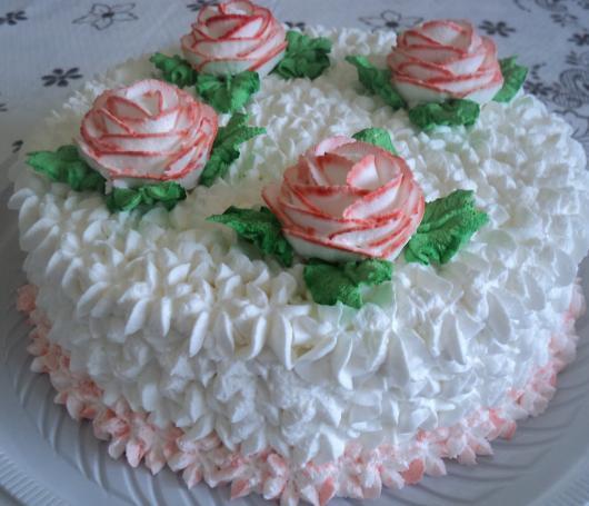 Bolo de Aniversário Simples para mulher com chantilly e rosas