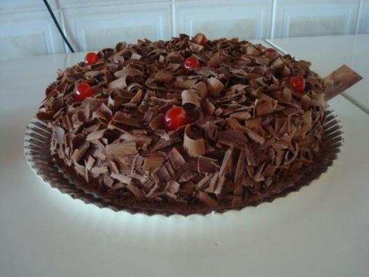 Bolo de Aniversário Simples decorado com raspas de chocolate e cereja