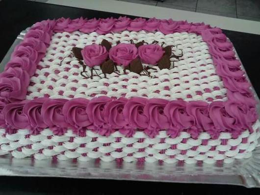 Bolo de Aniversário Simples para mulher com flores rosas e efeito cesta na lateral