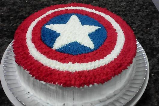 Bolo de Aniversário Simples com chantilly e simbolo do Capitão América