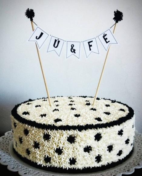 Bolo de Aniversário Simples com chantilly preto e branco