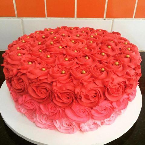 Bolo de Aniversário Simples com chantilly vermelho e rosa