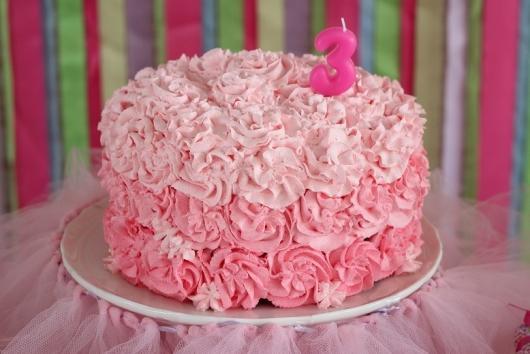 Bolo de Aniversário Simples com chantilly rosa claro