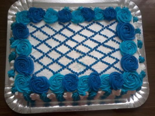 Bolo de Aniversário Simples com rosas azuis