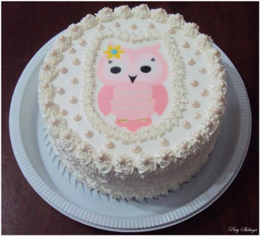 Bolo de Aniversário Simples com chantilly branco e papel de arroz de corujinha