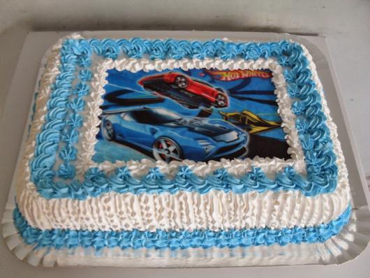 Bolo de Aniversário Simples com chantilly azul e branco