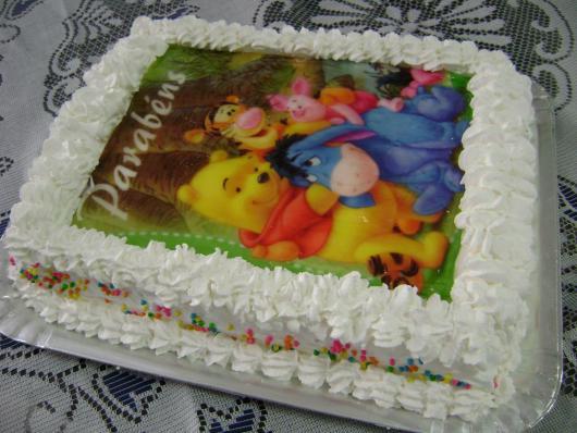 Bolo de Aniversário Simples com chantilly e papel de arroz Ursinho Pooh