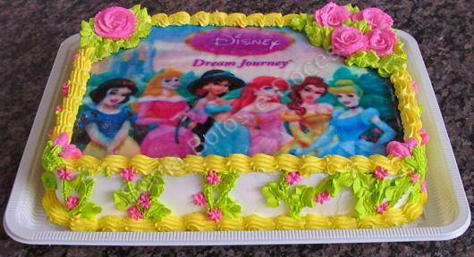 Bolo de Aniversário Simples com chantilly amarelo e papel de arroz das princesas