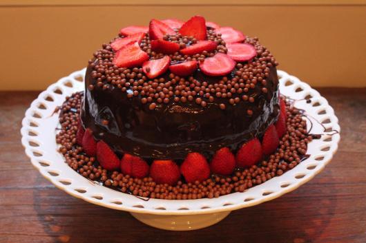 Bolo de Aniversário Simples com chocolate morangos abertos