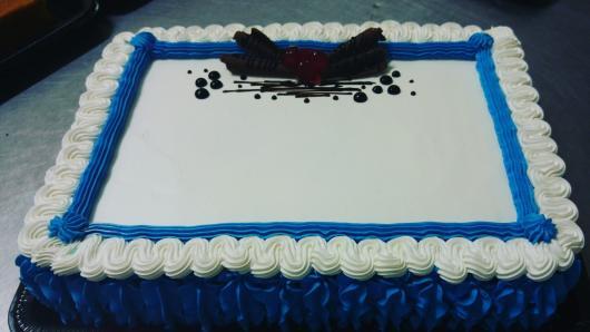 Bolo de Aniversário Simples quadrado para homem com chantilly azul e branco